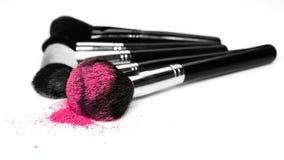 Spazzole di trucco e polvere cosmetica Immagini Stock
