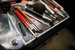 Spazzole di trucco e strumenti professionali di trucco Fotografia Stock