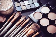 Spazzole di trucco e strumenti professionali, prodotti di bellezza messi Fotografie Stock Libere da Diritti