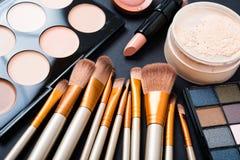 Spazzole di trucco e strumenti professionali, prodotti di bellezza messi Immagine Stock