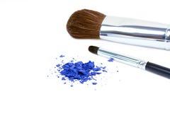 Spazzole di trucco ed ombre blu Fotografie Stock