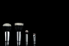 Spazzole di trucco su fondo nero Fotografia Stock Libera da Diritti