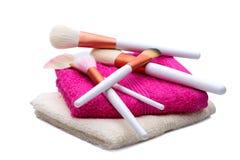 Spazzole di trucco sull'asciugamano bianco-rosa Fotografia Stock Libera da Diritti