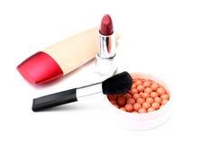Spazzole e cosmetici di trucco isolati su bianco Immagini Stock Libere da Diritti