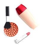 Spazzole e cosmetici di trucco isolati su bianco Fotografie Stock Libere da Diritti