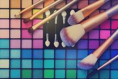 Spazzole e tavolozza degli ombretti Fotografia Stock