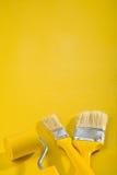Spazzole e vernice-rullo di immagine di Copyspace Immagine Stock