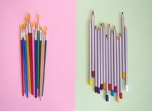 Spazzole multicolori e matite su un fondo verde Immagini Stock Libere da Diritti
