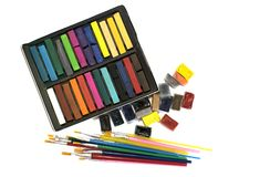 Spazzole multicolori, pitture dell'acquerello e pastelli su un fondo bianco Fotografia Stock Libera da Diritti