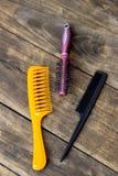 Spazzole per capelli sulla tavola di legno Fotografia Stock