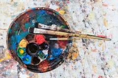 Spazzole sulla tavolozza di colore Immagine Stock Libera da Diritti