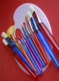 Spazzole variopinte sulla gamma di colori Immagine Stock