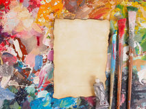 Spazzoli ed incarti sulla tavolozza della petrolio-pittura per fondo Fotografia Stock Libera da Diritti