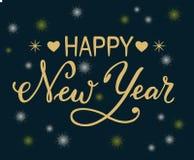 Spazzoli l'iscrizione di calligrafia del buon anno con le lettere dorate con i fiocchi di neve ed i cuori come elementi decorativ Immagine Stock