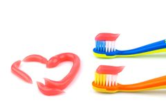 Spazzolini da denti con dentifricio in pasta rosa Fotografia Stock