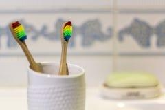 Spazzolini da denti di bambù ecologici sul bagno immagini stock