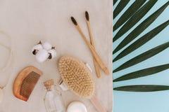 Spazzolini da denti di bamb?, del sapone, spazzola naturale, prodotti dei cosmetici e strumenti lo spreco e la plastica zero libe fotografia stock libera da diritti