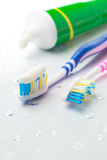 Spazzolini da denti e dentifricio in pasta Fotografia Stock Libera da Diritti
