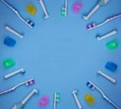 Spazzolini da denti multicolori su un fondo blu con lo spazio della copia fotografia stock libera da diritti