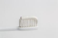 Spazzolino da denti bianco con dentifricio in pasta Fotografie Stock Libere da Diritti