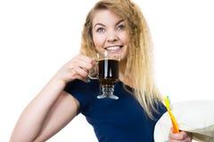 Spazzolino da denti e caffè felici della tenuta della donna Fotografie Stock Libere da Diritti