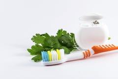 Spazzolino da denti e filo per i denti su fondo bianco Fotografia Stock Libera da Diritti