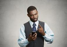 Spęczenie, gniewny biznesowy mężczyzna nieszczęśliwy z wiadomością otrzymywającą na mądrze Obrazy Stock