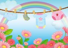 Spädbarnkläder nära trädgården Royaltyfria Bilder