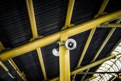 Speakerphone för den offentliga lättheten som hänger på tak i fotoet för drevstation som tas i Jakarta Indonesien Arkivbild
