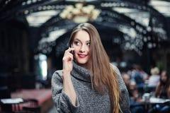 Speakig sonriente feliz hermoso joven de la mujer en el teléfono móvil y la mirada a un lado Foto de archivo