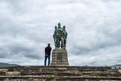 Spean-Brücke, Schottland - 31. Mai 2017: Bemannen Sie Haben eines Blickes am Kommando-Denkmal stockbilder