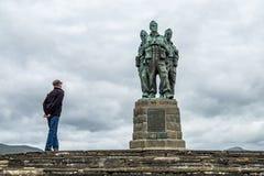 Spean-Brücke, Schottland - 31. Mai 2017: Bemannen Sie Haben eines Blickes am Kommando-Denkmal lizenzfreies stockfoto
