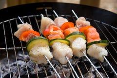 Spear die van vissen op barbecue roostert Royalty-vrije Stock Fotografie