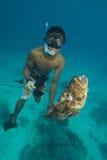 Spearfisherman en vangst Royalty-vrije Stock Afbeelding