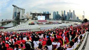 Specators, das Militärzeremonieverfahren während aufpasst Wiederholung 2013 der Nationaltag-Parade-(NDP) Stockfotos