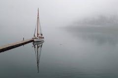 Specchi della barca a vela in Holandsfjord Fotografia Stock