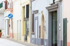 Specchia, Apulien - bunte alte Fassaden in der alten Stadt von Specc stockfotografie