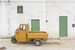 Specchia, Apulien - ein altes historisches Dreirad in den Straßen stockbild