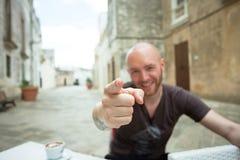 Specchia, Apulien - ein Mann, der auf die Kamera mit seinem Finger zeigt stockfotografie