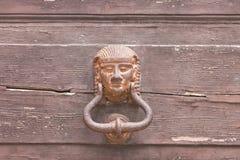 Specchia, Apulien - ein sehr alter Pharaotürknauf auf einer Holztür stockbilder