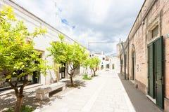 Specchia, Apulien - gehend durch einen alten Durchgang in Specchia stockfotografie