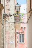 Specchia, Apulien - Laternen und ein Balkon in einem historischen Durchgang stockfotos