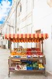 Specchia, Apulien - 29. MAI 2017 - ein Fruchtstand in der alten Stadt stockfotografie