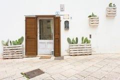 Specchia, Apulien - 29. MAI 2017 - Kakteen gepflanzt vor ho lizenzfreie stockbilder