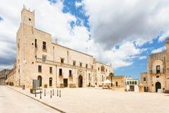 Specchia, Apulien - Markt vor der historischen Stadt hal lizenzfreies stockfoto