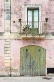 Specchia, Apulien - schöne alte Fassaden und Balkone im ol stockfoto