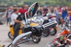 Specchietto retrovisore esterno di una mostra ad una manifestazione del motociclo Fotografie Stock