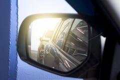 Specchio accanto dell'automobile fotografie stock libere da diritti
