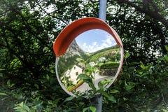 Specchio curvo e vista sulla città Odda - Norvegia Fotografie Stock