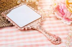 Specchio d'annata di trucco con il fiore Immagini Stock Libere da Diritti